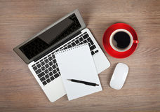 Bloc-notes vide au-dessus de tasse d'ordinateur portable et de café Image stock