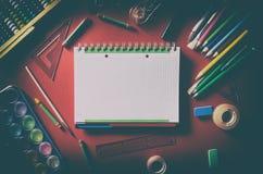 Bloc-notes vide avec des fournitures scolaires, papeterie de bureau Photographie stock libre de droits