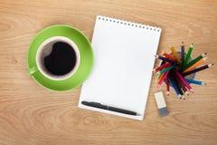 Bloc-notes vide avec les fournitures de bureau et la tasse de café Images libres de droits