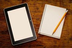 Bloc-notes vide avec une tablette et un crayon Images stock