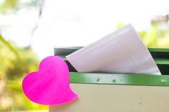 Bloc-notes vide ou rose collant de notes sur la boîte de courrier avec du Ba de lumière du soleil Photographie stock