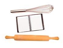 Bloc-notes vide parmi des ustensiles de cuisine Image stock