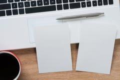 Bloc-notes vide sur la table en bois Photographie stock libre de droits