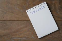 Bloc-notes vide sur la table en bois avec l'expression à faire en 2017 Photographie stock