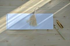 Bloc-notes vide sur le bureau en bois Photographie stock libre de droits