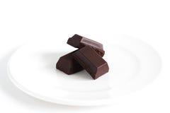 Bloc ou écorce foncé de chocolat de la plaque blanche,   Photos stock
