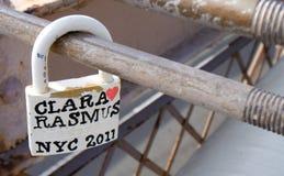 Blocage d'amour sur la passerelle de Brooklyn Photographie stock libre de droits
