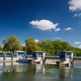 Blocage de canal sur un fleuve Photo stock