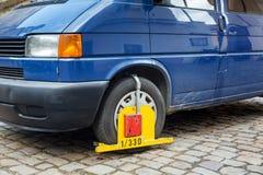Blocage de roue de voiture sur la rue Photographie stock libre de droits
