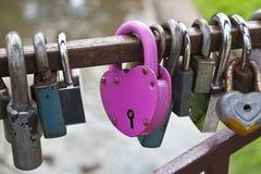 Blocage en forme de coeur rose Images stock
