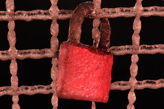 Blocage rouge figé d'amour sur la passerelle Photo stock