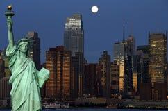 Bloccaggio di paesaggio urbano di New York alla notte sopra hudson Fotografia Stock Libera da Diritti