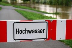 bloccato strada dovuto l'inondazione, segno legge l'alta marea in tedesco Fotografia Stock