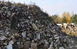 Blocchetti del cemento armato dello spreco della costruzione e montaggi arrugginiti Detriti di edifici Ecologia, globalizzazione  immagine stock