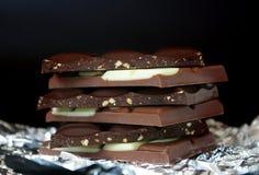 Blocchetti del cioccolato sul nero Immagini Stock