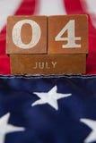 Blocchetti delle date sulla bandiera americana con il tema del 4 luglio Immagine Stock Libera da Diritti