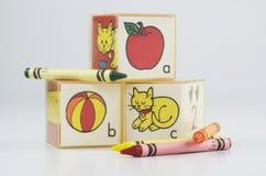 Blocchetti di ABC di plastica e dei pastelli Fotografia Stock Libera da Diritti