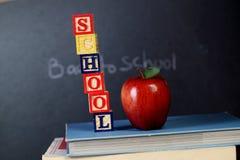 Blocchetti di ABC e mela rossa Immagine Stock