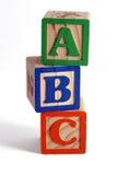 Blocchetti di ABC impilati verticalmente Fotografie Stock Libere da Diritti