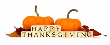 Blocchetti di legno di ringraziamento felice con la decorazione di autunno sopra bianco Immagini Stock Libere da Diritti