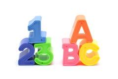 Blocchetti di numero e di alfabeto isolati su bianco Fotografie Stock