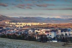 Blocchetti di torre in Banska Bystrica e gamma bassa di Tatra in Slovacchia fotografie stock