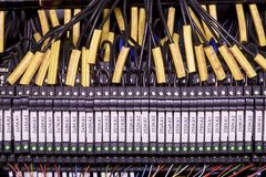 Blocchetti terminali moderni con i multi cavi colorati Cavi neri con i campi di titolo Fotografia Stock