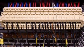 Blocchetti terminali per collegamento elettrico e morsetti di terra per la messa a terra nel cubicolo di controllo Fine in su Fotografie Stock