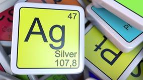 Blocchetto argento AG sul mucchio della tavola periodica dei blocchetti degli elementi chimici Rappresentazione relativa 3D di ch Immagine Stock