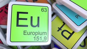 Blocchetto dell'Eu dell'europio sul mucchio della tavola periodica dei blocchetti degli elementi chimici rappresentazione 3d Immagini Stock
