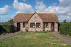 Blocchetto della toilette pubblica alla testa sassosa vicino ad Eastbourne Sussex fotografia stock libera da diritti