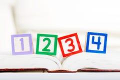 Blocchetto di alfabeto con 1234 Fotografia Stock