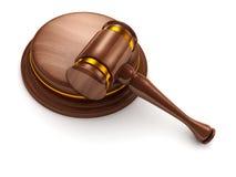 Blocchetto di legno del suono e del martelletto su priorità bassa bianca Immagini Stock Libere da Diritti