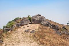 Blocchetto enorme della roccia la strada sul picco della montagna Fotografie Stock