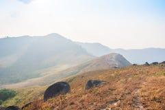 Blocchetto enorme della roccia la strada sul picco della montagna Fotografie Stock Libere da Diritti