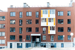 Blocchetto marrone moderno dell'Multi-appartamento Immagine Stock