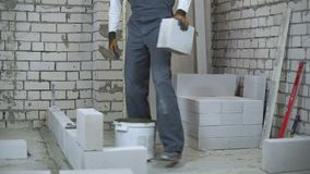 Blocchetto moisturing giovane del costruttore allegro ed energetico con lo spruzzatore dell'acqua archivi video