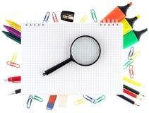 Blocchetto per appunti con gli oggetti stazionari Immagini Stock Libere da Diritti