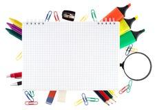 Blocchetto per appunti con gli oggetti stazionari Immagine Stock