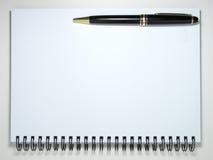 Blocchetto per appunti con la penna Immagini Stock Libere da Diritti