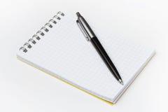 Blocchetto per appunti con la penna nera Fotografie Stock Libere da Diritti