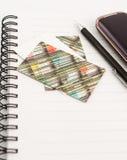 Blocchetto per appunti e telefono mobile fotografia stock