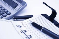 Blocchetto per appunti, penna e calcolatore Fotografie Stock