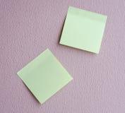 Blocchetto per appunti verde chiaro sulla parete Immagine Stock