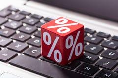 Blocchetto rosso di percentuale sulla tastiera del computer portatile fotografia stock