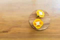 Blocchetto sopra di spezzettamento messo tagliato del peperone dolce Fotografia Stock