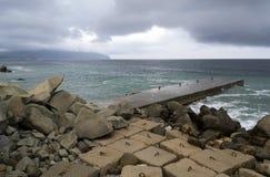Blocchi in calcestruzzo sul mare Fotografia Stock