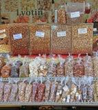Blocchi con i dadi ed i frutti secchi sul mercato di strada Fotografie Stock
