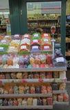 Blocchi con i dadi ed i frutti secchi sul mercato di strada Immagini Stock Libere da Diritti