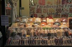 Blocchi con i dadi ed i frutti secchi sul mercato di strada Fotografie Stock Libere da Diritti